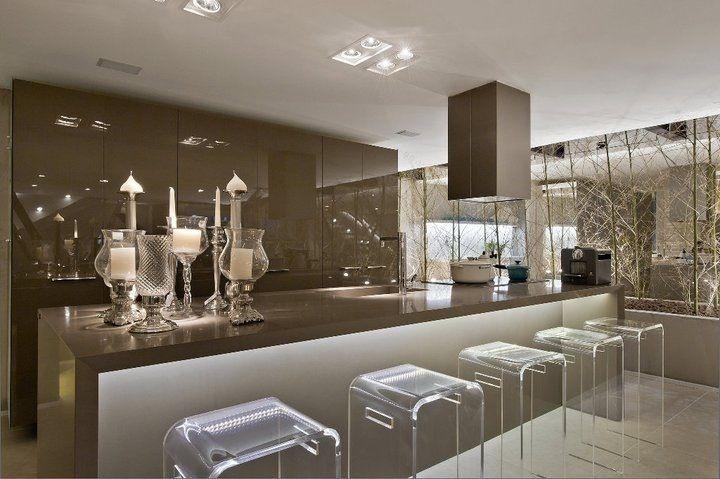 Bar dentro de casa com um espaço gourmet luxuoso, assinado por Lidia Maciel.