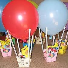 Kindertraktatie luchtballon  Ik combineerde gezond (mandarijn of doosje rozijntjes bijv) met lekker (klein zakje minisnoep)