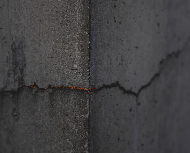 Inside the Wall - the crack in the wall