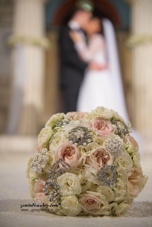 Νυφικό Μπουκέτο με τριαντάφυλλα και ασημένιες καρφίτσες. Unique brooch bouquet with variety of roses. Bridal Bouquet Brooches, white o' Hara roses, spray roses
