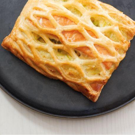 Pour la garniture : 400 g de poireaux 25 g de beurre (10 + 15 g) Sel, poivre 15 g de farine 130 g de crème fraîche liquide entière (13 cl) Muscade 1 jaune d'oeuf   1 oeuf pour la dorure 4 pâtes feuilletées rectangulaires (30 x 12 cm) 350 g de filets de saumon parés (4 morceaux d'environ 80 g)