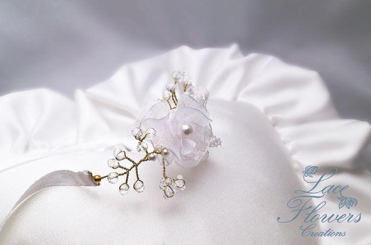 Bracciale damigella rigido con fiori in pizzo e organza, bridal wrist lace flower corsage / regalo per damigella bridesmaid di LaceFlowersCreations su Etsy