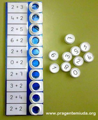 Oieee!!! A aula de matemática pode ser muito mais criativa e gostosa se explorarmos nossa criatividade e criar jogos criativos, que podem ser feitos em sala de aula com a turminha. Um belo exemplo disto é este jogo de somar, feito com bico de caixas de suco e tampinhas. Ótima dica para fazer a tabuada!!! …