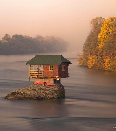 Cette maison se trouve au milieu de la rivière Drina, en Serbie #maison #Serbie #original