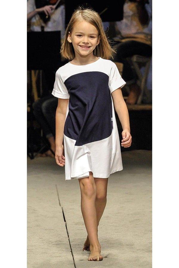 """""""Il Gufo"""": Abito casual chic in jersey stretch bianco con taglio svasato e grande inserto rotondo in jersey."""