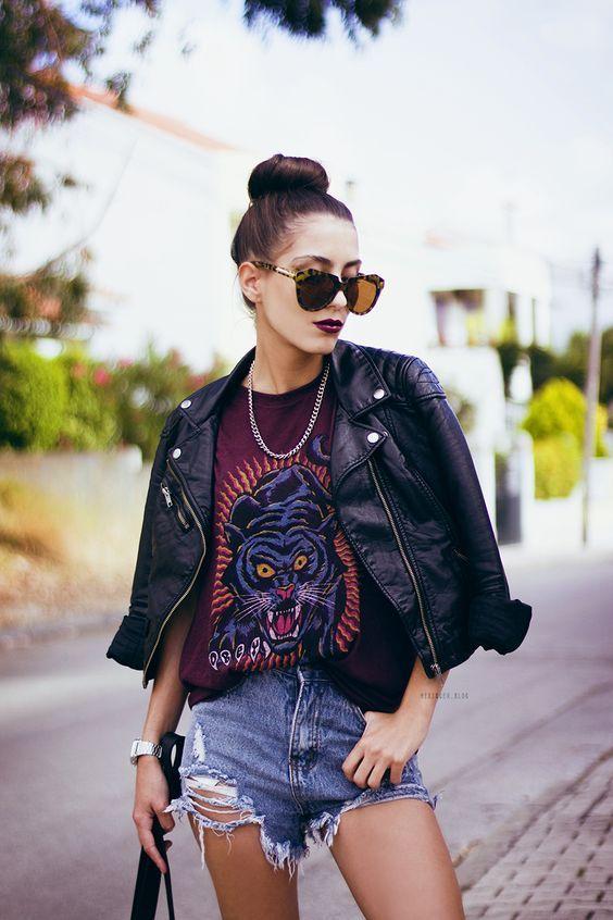 Jaqueta de couro, t-shirt de estampa, short jeans desfiado