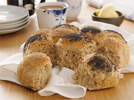Recept på kalljästa frukostbullar. Knådfri deg är latmajas bästa vän! Keso i brödet ger frisk smak.