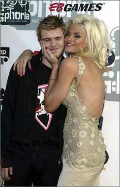 Anna Nicole Smith (39) and her son Daniel Wayne Smith (20). Daniel died of an overdose in 2006. Nicole died of an overdose in 2007.