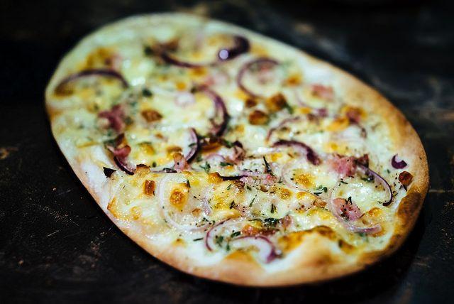 Zó lekker deze authentieke uienpizza met room uit Noordoost-Frankrijk, dat je de caloriëen op de koop toe neemt. En je zet deze feestelijke snack in een tel op tafel. Tarte flambée, flammekueche, flammkuchen.