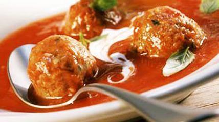 (Hackklöße in Sauce)Zutaten:500 g Hackfleisch, 5 Zwiebeln, 2-3 El Tomatenmark, 1/3 l Wasser, 3 El Öl, 2 Knoblauchzehen, 1 Peperoni, 1/2 Tl Salz, 1/2 Tl...