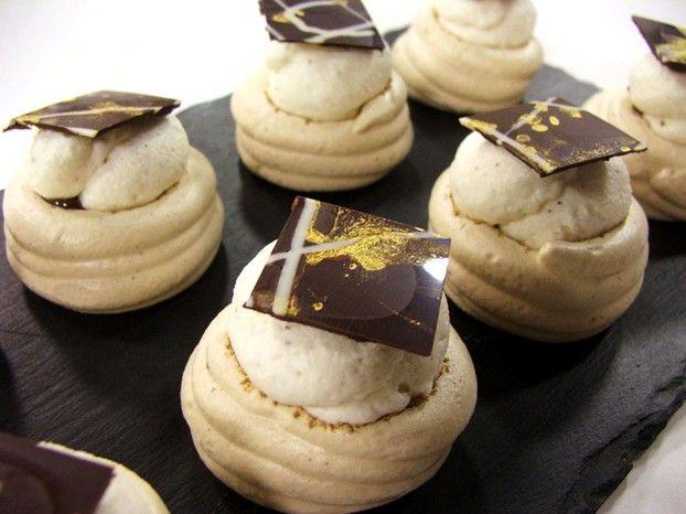 Ingredienti irresistibili per una ricetta altrettanto irresistibile: Luca Montersino oggi ci delizia con queste meringhe al caffè ripiene di panna e cioccolato. http://www.alice.tv/dolcetti-mignon/cestini-meringhe-panna-cioccolato