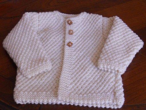 Pour un petit bébé qui vient de naître j'ai tricoté cette petite veste qui sera utile quand viendra l'automne et ses soirées fraîches... Voici le tuto : Petite veste bébé Taille 6-9 mois Aig. 5 1/2 Echantillon : 10cm = 17m 3-4 pelotes 3 boutons Points...