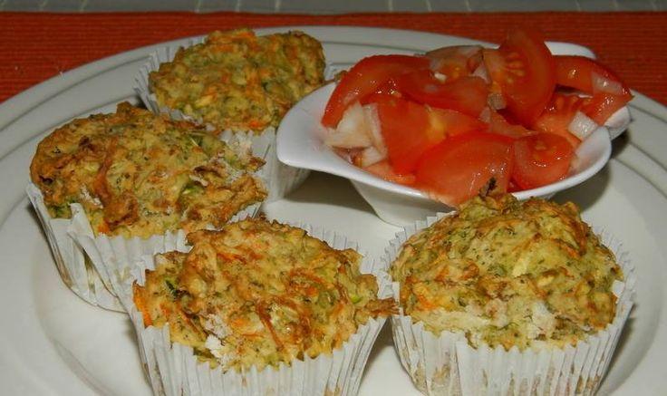 Kytičkový den - zeleninové muffiny.4 středně velké vařené najemno nastrouhané brambory 1 menší cuketa i se slupkou 2 mrkve , 1/2 menší brokolice ( pouze růžičky ) sůl pepř, 2 žloutky, trošku sojového mléka Zeleninu nastrouháme syrovou a osolíme ji , promícháme a chvíli necháme stát, aby pustila vodu. Pak vymačkáme a smícháme s ostatními přísadami. Pečeme ve vyhřáté troubě na 180 st. asi 30 minut.