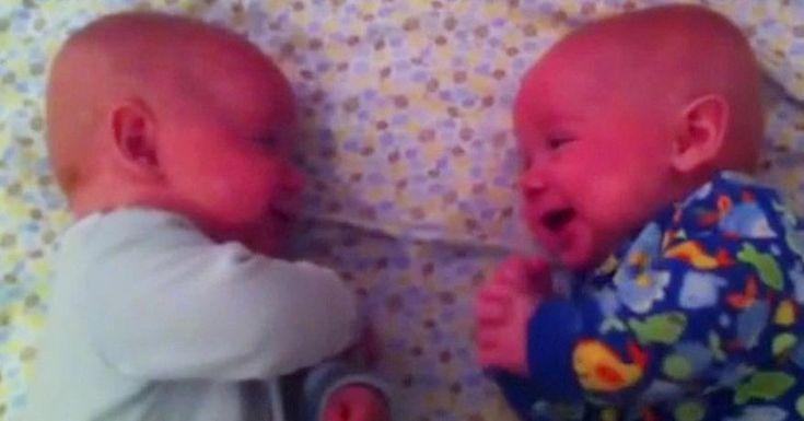 Η Μαμά προσπαθεί να βάλει τα Δίδυμα Μωρά της για Ύπνο, αλλά μόλις Βλέπει την Αντίδρασή τους; Δεν Πιστεύει στα μάτια της! Crazynews.gr