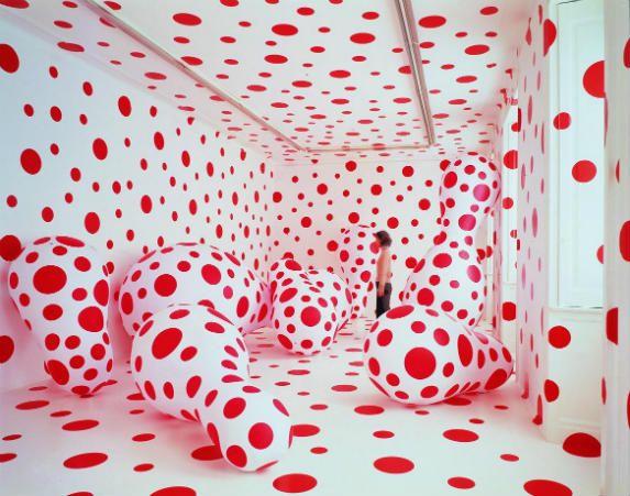 Japanse kunstenaar Yayoi Kusama Met stippen en eindeloze spiegelingen speelt ze met de visuele waarneming.