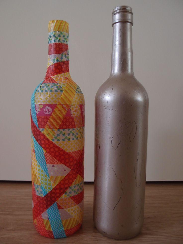 2 lege decoratieve flessen, de ene beplakt met kleurig tape, de andere geverfd met bronskleurige verf. Mede mogelijk gemaakt door de Karwei. Gemaakt door Marleen van de Kraats.