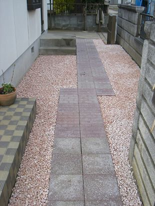 コラムvol.5「お庭に砂利で雑草対策&防犯対策しませんか?」   元気 ... 景観では砂利というとグレーの石というイメージがあるかと思いますが砂利には様々な色があります。 クールなお庭を演出できるグレーの石ももちろんありますが、 ...