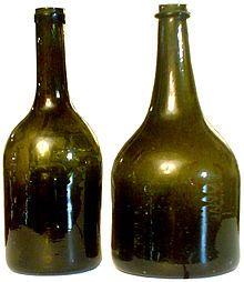 Deux bouteilles à vin de Meuse, dites « voleuses », xviiie siècle, Musée de la Gourmandise, Hermalle-sous-Huy, Belgique