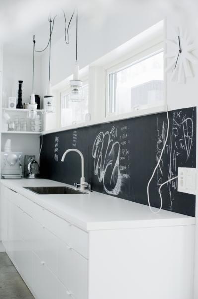 Kreidetafel in weißer Küche | roomido.com