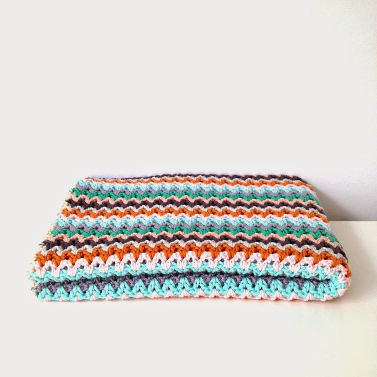 Crochet blanket with free pattern to download.