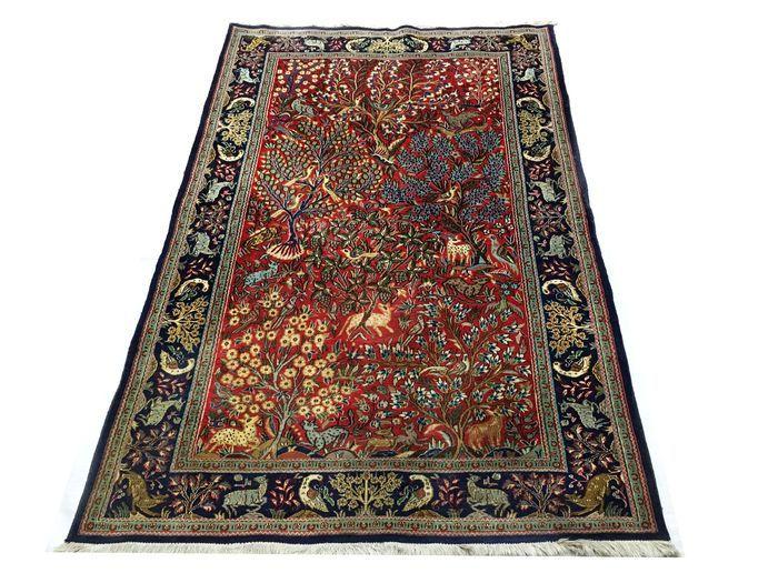 Welkom bij passie d'Orient:  Hier is een Ghom tapijt gemaakt van wol en zijde: Deze tapijten worden gemaakt in de heilige stad Ghom, in het centrum van Iran De wol wordt gebruikt kurk wol genoemd en komt uit de hals van het lam. Het helpt om extreem fijne en sterke garen spinnen, het geven van een hoge dichtheid knopen. Deze tapijten zijn prachtig uitgevoerd en in soms zeer gedetailleerd. Dit type tapijt is het bewijs van de mooie traditie van de zijde wevers.  Gemaakt: met de hand geknoopt…