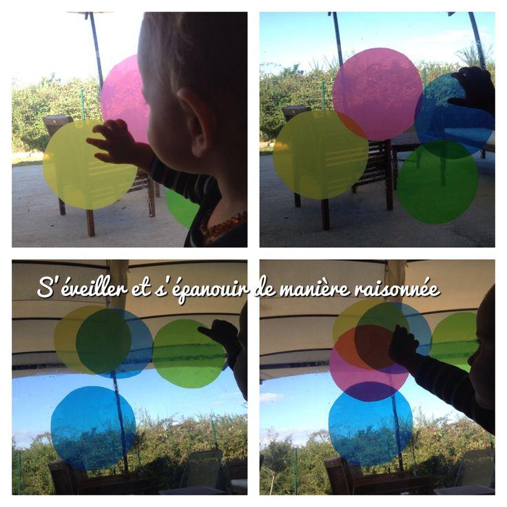 Coller des bulles de rêves colorées sur les vitres! En voilà une activité peu chère et non salissante (oui oui les mamans maniaques je vous refais un petit clin d'œil!). De quoi a-t-on besoin ? - 1 vitre, ça doit pouvoir se trouver facilement… ;-) - 1...