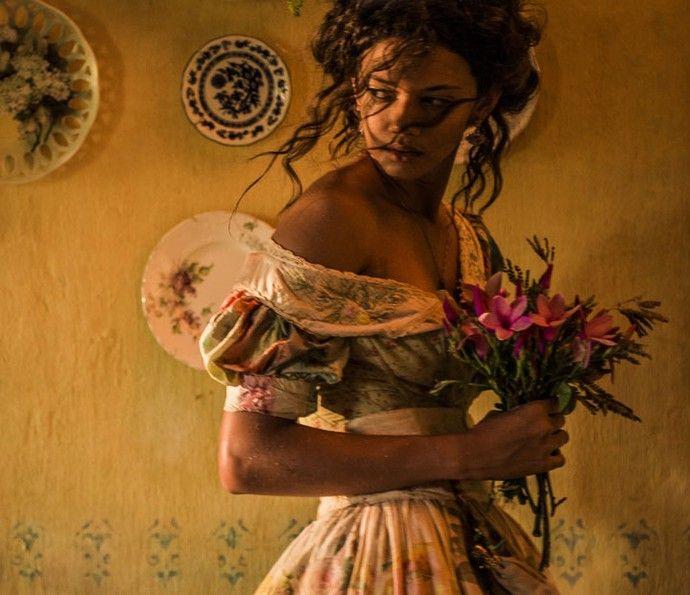 Leonor seduz Afrânio, que não resiste aos encantos da jovem (Foto: Caiuá Franco/ Globo)