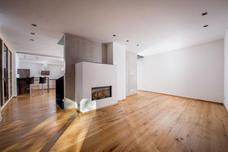 Moderne Essküche mit Sichtbetonwand und Kaminofen Exposé anfordern >> http://www.stylondo.com/?p=22758 #bau2015