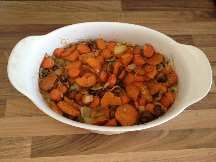 Uit de oven wortel, zoete aardappel, kastanje champignons, ui, knoflook, pijnboompitten, olijfolie en peper/zout