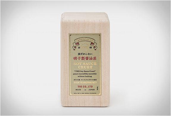 """Amo o molho de soja, mas odeio que ele fica derramando. Se esse for o seu caso também, o Molho de Soja Cruet é a resposta de Keita Suzuki às suas preces. O designer japonês, trabalha na empresa de design chamada The"""" também"""