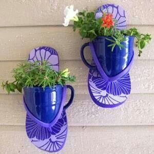 How cute is this?!! Nail a pair of flip flops to an exterior wall (like a shed) & insert pots.