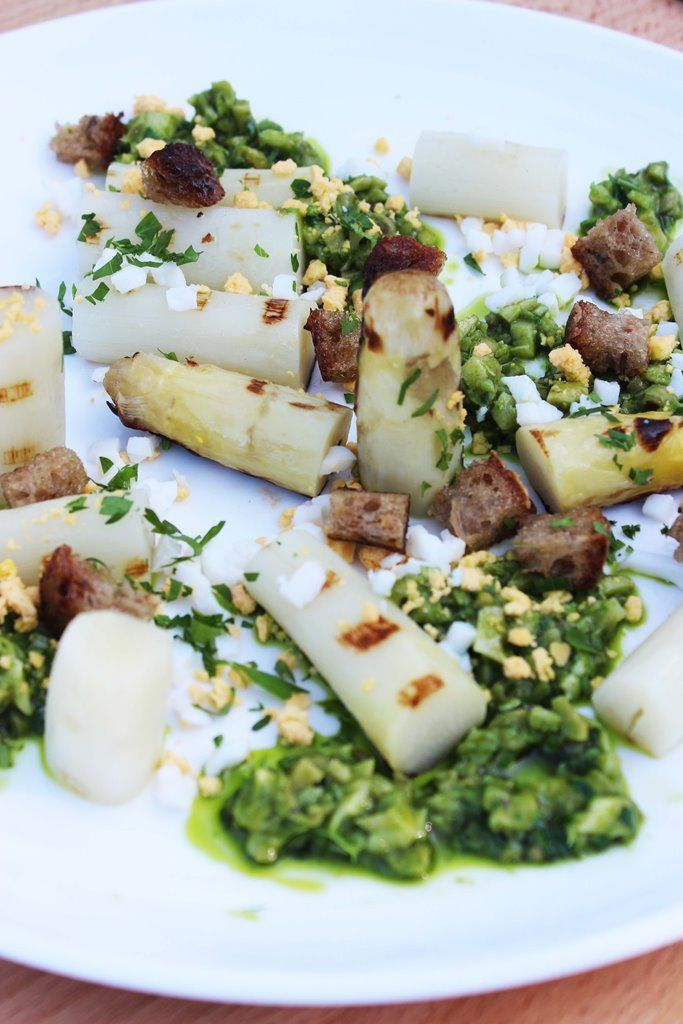 """Het lekkerste recept voor """"Gegrilde asperges met peterselieboter en wulken"""" vind je bij njam! Ontdek nu meer dan duizenden smakelijke njam!-recepten voor alledaags kookplezier!"""