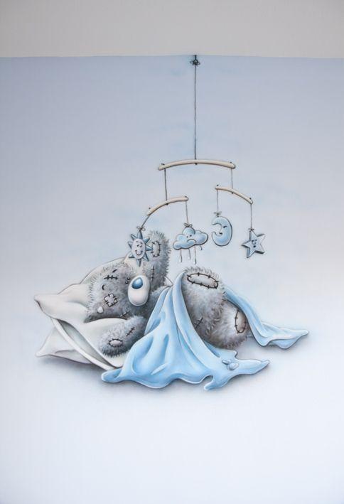 Babykamer muurschildering me to you beertje, blauw met mobiel. R-BRUSH muurschildering.