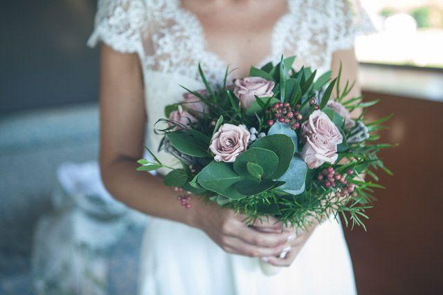 Sonia y Ángel, boda en el Pazo de la Merced | AtodoConfetti - Blog de BODAS y FIESTAS llenas de confetti vestido de Laure de Sagazan con un bonito escote en la espalda, al que acompañó un prendido de flor preservada y un ramo de eucalipto, rosa y falsa pimienta entre flores silvestres, todo elaborado por La Ilusión.