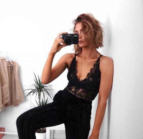 Black is cool Pantalon noir et body à dentelle noire#je prends la pose dans #la salle de bain!!!
