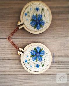 minyatür kasnakta işlenmiş kanaviçe mavi çiçek işlemeli kolye çok sevimli bir model. çarpı işi, etamin, goblen nakışlı pek çok takı tasarım çalışması 10marifet.org'da