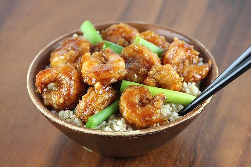 Ingredientes:  - 2kg de camarão cru (descascados sem calda e cabeça)  - óleo vegetal (para fritar)  - 1 colher de chá de gengibre fresco (picada)  - 1 colher de sopa de alho fresco (picada)  - ½ colher de chá de flocos de pimenta vermelha esmagada  - ½ xícara de molho de soja  - ½ xícara de água  - ½ xícara de açúcar mascavo  - 2 colheres de sopa de vinho de arroz  - ½ xícara de cebola verde (cortado)