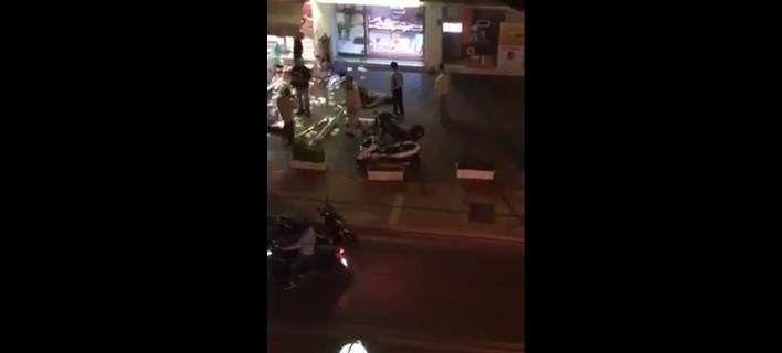Βίντεο-ντοκουμέντο: Η στιγμή που περαστικοί ακινητοποιούν τον ληστή με το καλάσνικοφ στο Παλαιό Φάληρο