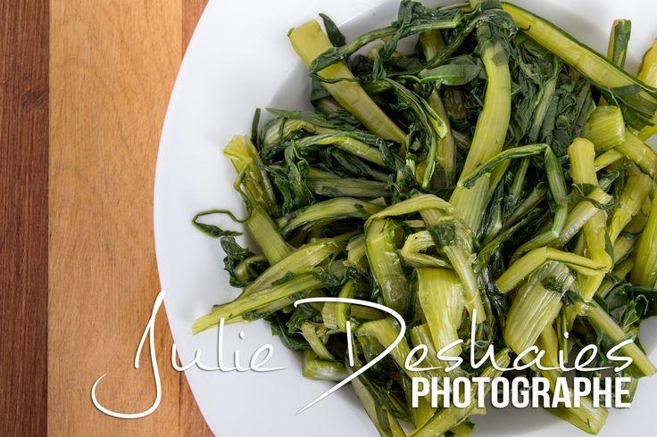 Tiges de pissenlits préparées. Un peu d'originalité, les tiges de pissenlits cuit c'est vraiment délicieux avec une bonne huile d'olive et du jus de citron accompagné de pain crouté. #pissenlit #dandelion #greens #cuisine #recette