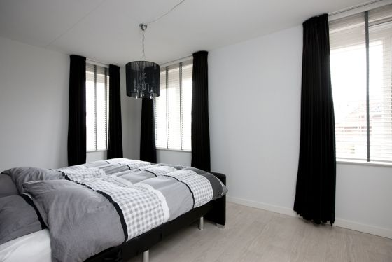 slaapkamer met zwart-witte styling, met bijvoorbeeld zwarte of, Deco ideeën