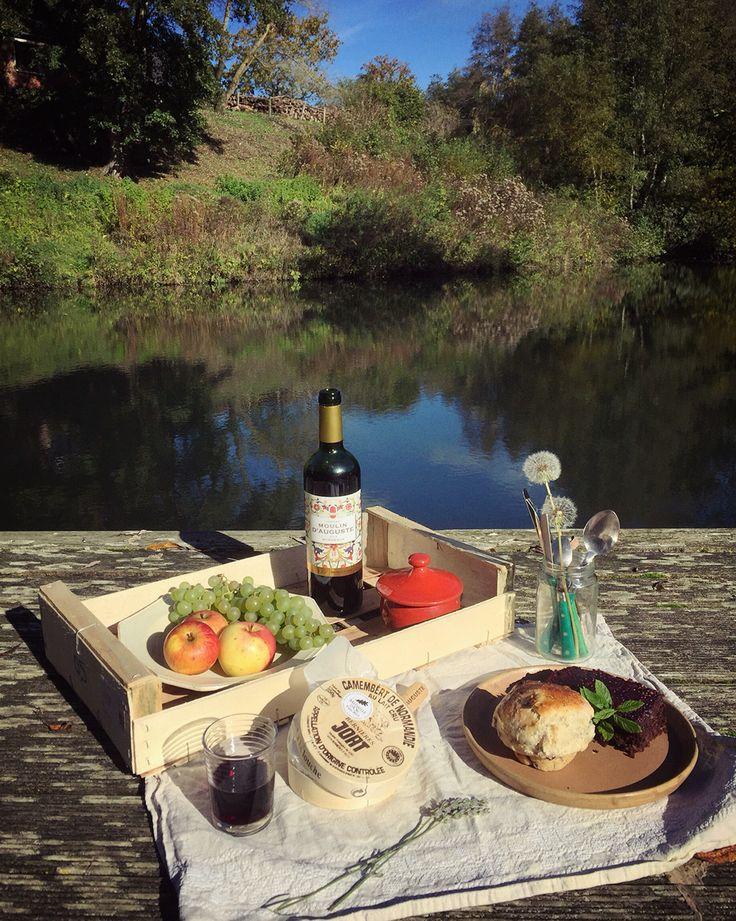 今天下午諾曼地難得大晴天,何嘗不是野餐的好時機。準備好Bordaux有機紅酒、Camembert起司、熱呼的手作麵包,享受湖畔悠閒食光!