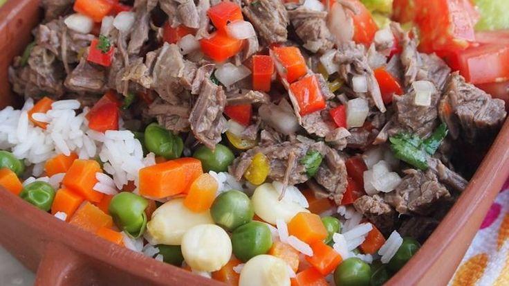 Esta ensalada de carne es uno de los platos de comida casera más entrañables de Honduras. Si bien es cierto que hay versiones diferentes en otros países, no se comparan con el salpicón de este cálido país centroamericano, donde tiene un sabor especial, sencillo y delicioso. Las guarniciones siempre son el arroz y las tortillas, pero puedes servirlo con uno u otro. Esta receta de Honduras se prepara con culantro de pata, que es una variedad de culantro con hojas largas que salen como de la...