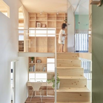 Présenté à plusieurs reprises cette années (retrouver les articles en cliquant ici), HAO Design est aussi prolifique que talentueux ! En voici une nouvelle preuve avec cette rénovation d'un appartement dans la ville taïwanaise de Kaohsiung. Avant l'intervention d'HAO Design, l'appartement abritait des pièces sans charme, peu lumineuses et mal connectées les unes aux autres. L'objectif était de transformer l'espace en une habitation de famille chaleureuse en créant un niveau supérieur…