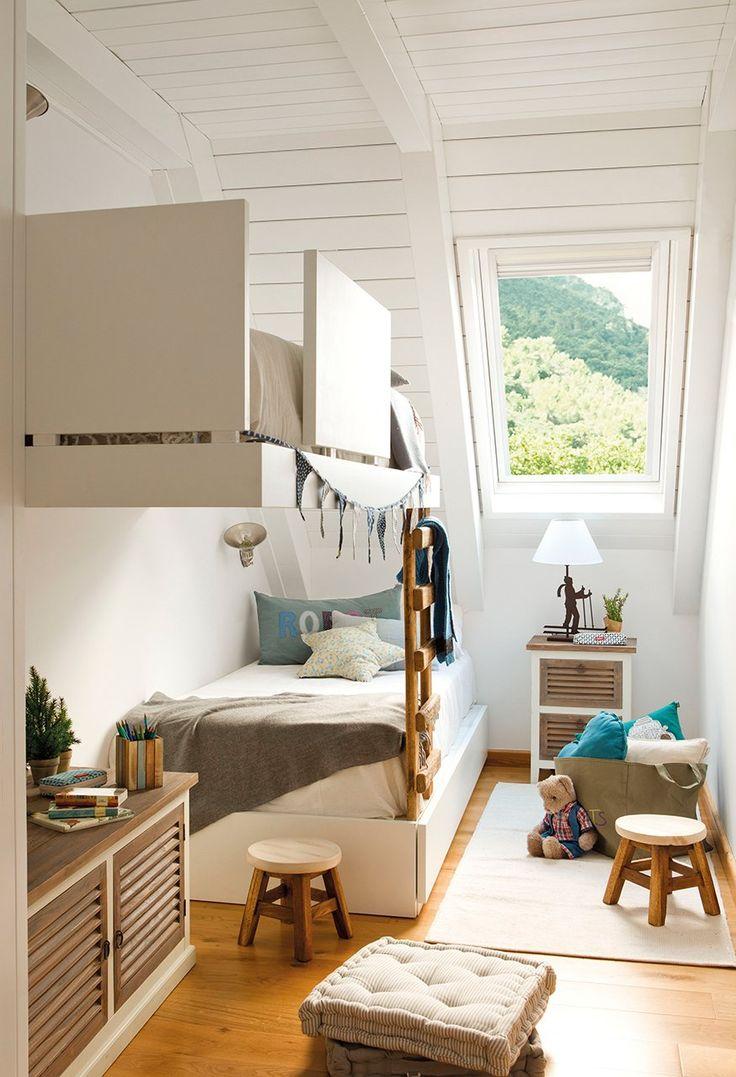 Дизайн детской комнаты для двоих детей: 70+ избранных идей и секреты создания гармоничной обстановки http://happymodern.ru/dizajn-detskoj-komnaty-dlya-dvoix-detej-foto/ Двухярусная кровать для малышей в узкой комнате