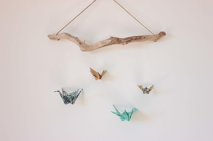 Mobile murale grue en origami sur bois flotté : Chambre d'enfant, de bébé par petitebidulette