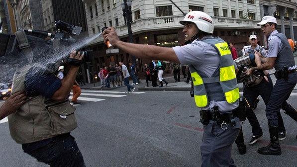 Policial militar atinge cinegrafista com spray de pimenta durante protesto contra o aumento da tarifa do transporte urbano em frente ao Teatro Municipal, no centro de São Paulo, nesta quinta-feira (13) - Rodrigo Paiva/Estadão Conteúdo