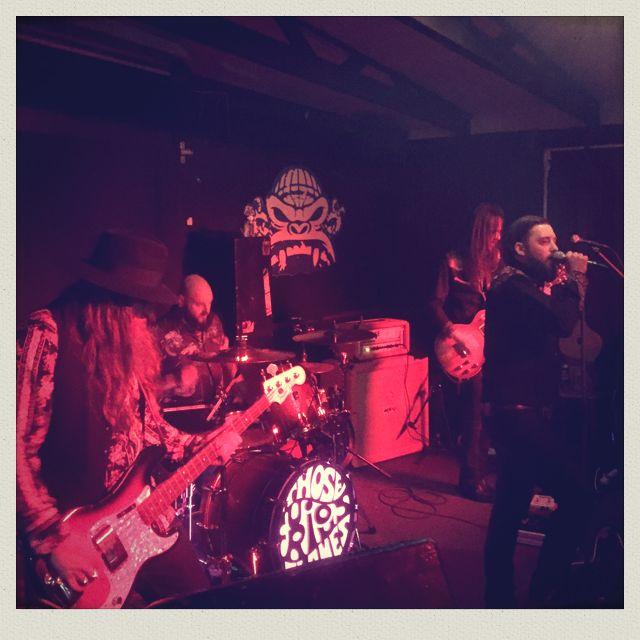"""Fou! Le groupe originaire de Lugano Those Furious Flames a été invité pour une mini-tournée européenne afin de distiller les premières notes de leur nouvel album """"Oniricon"""". Le groupe nous fait part de leurs aventures quotidiennes en exclusivité!   04.03. - Jour 1 : Modra Vopice - Prague (CZ)  Après avoir conduit durant huit heures, nous arrivons dans la première salle de concert : Modra Vopice. On peut y sentir les années de transpirations punk et rock encore collés aux posters qui…"""