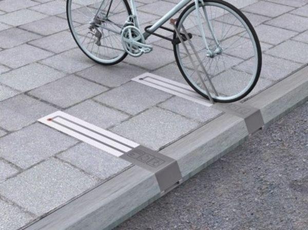Des barrières pour accrocher les vélos cachées dans le sol. Gain de place, discrétion, sécurité.                                                                                                                                                                                 Plus