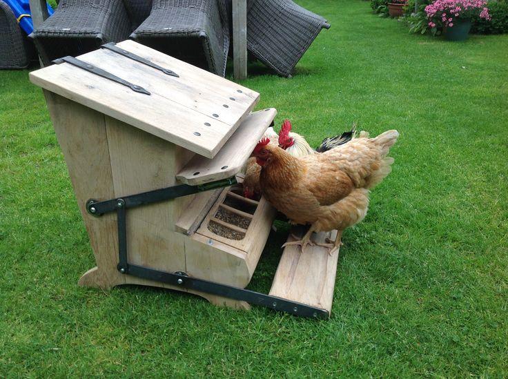 Chicken feeder with closing mechanism
