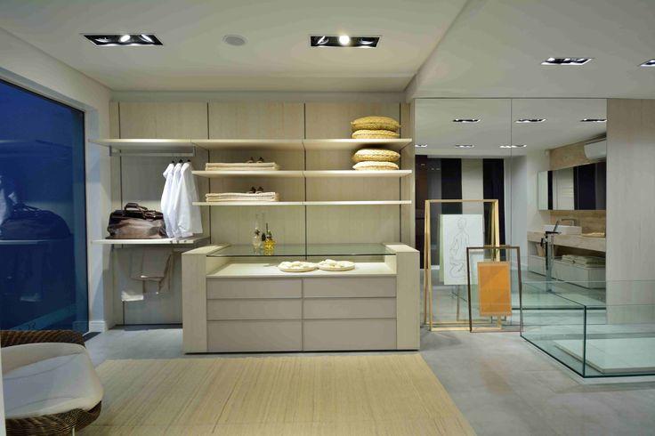 Um closet aberto e integrado à sala de banho é a aposta aqui. E você, também sonha com um ambiente como esse? Conte com a ajuda da S.C.A.!